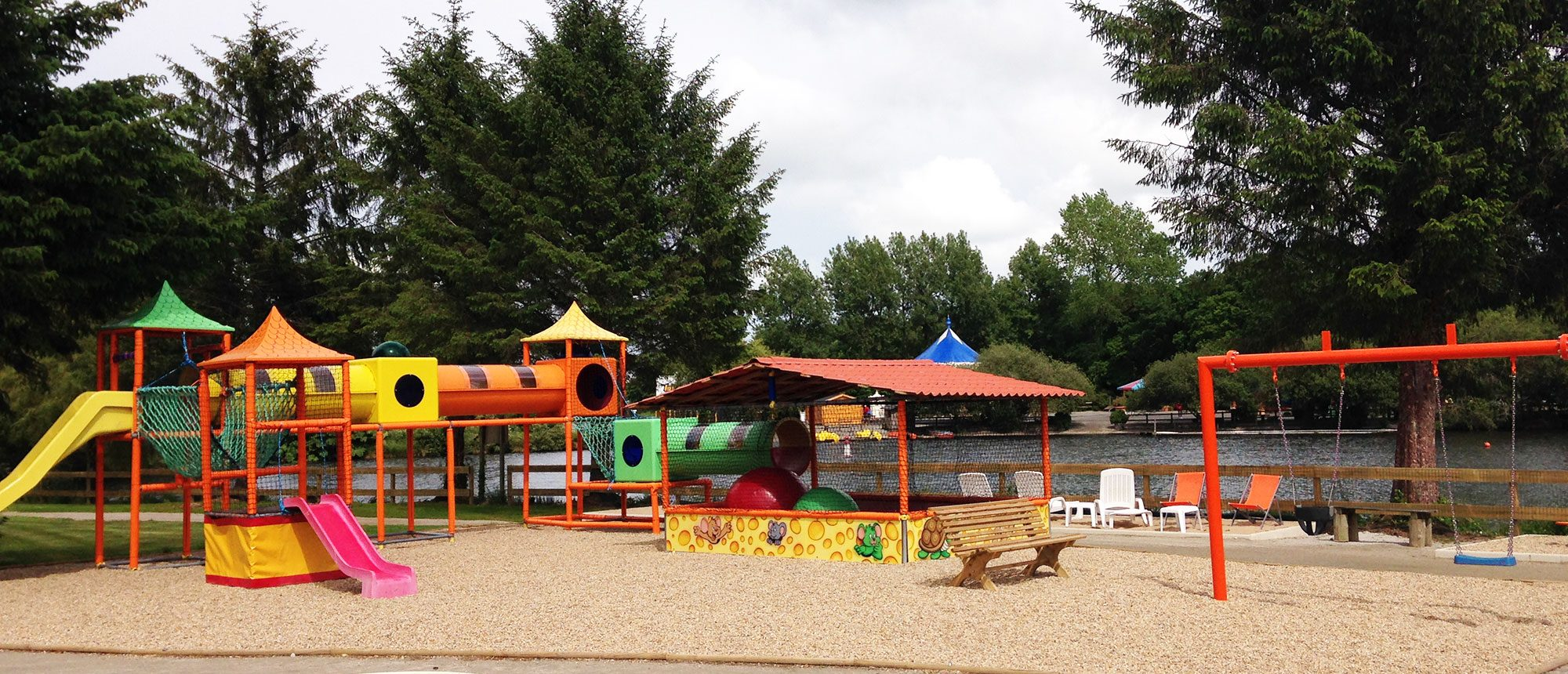aire du jeux au camping à proximité du parc d'attraction en Bretagne